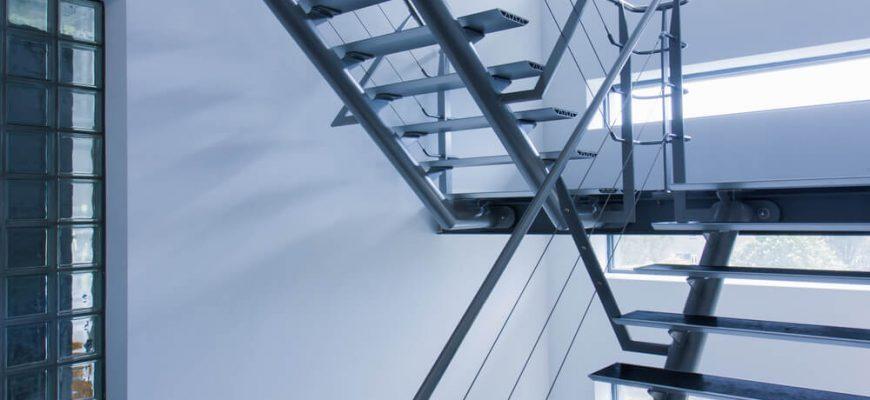 Escadas no ambiente de trabalho: 6 dicas para prevenir acidentes