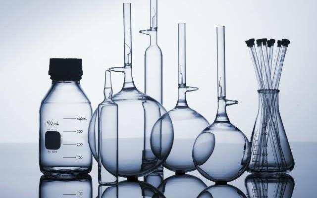 Quais as principais medidas de segurança em laboratórios de química?