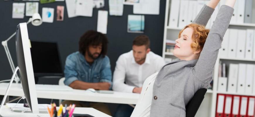 Saúde do trabalho: 10 alongamentos para fazer sem sair da sua mesa
